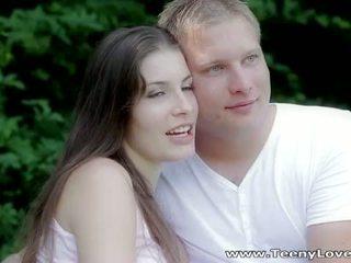 Teeny lovers: romantic neuken in de bos
