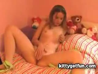 Kitty få kul: söt tonårs masturbates i detta fria röret video-