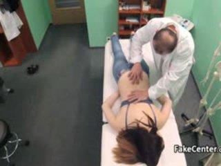 Nastolatka got masaż i duży kutas w biuro
