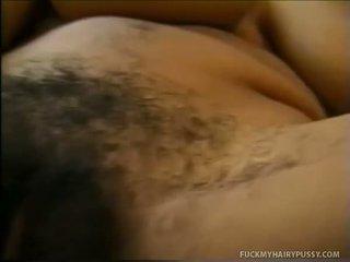 Nena que muestra su tetitas y masturbates peluda muff