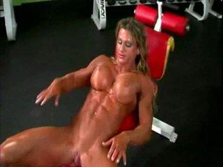 Bogel bodybuilder wanita dengan besar kelentit