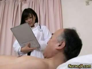 Jap hottie sairaanhoitaja gets likainen