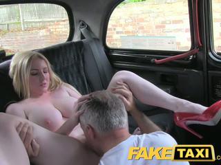 Faketaxi ξανθός/ιά σεξοβόμβα με μεγάλος βυζιά gets όμορφος/η εκσπερμάτιση μέσα σε taxi