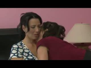 Milf seduces sie freund für erstaunlich lesbisch sex