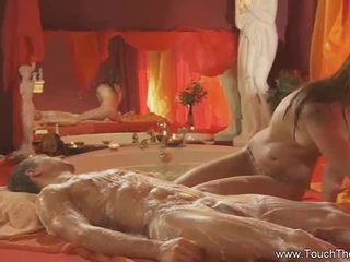 Блондинки loves към правя масаж