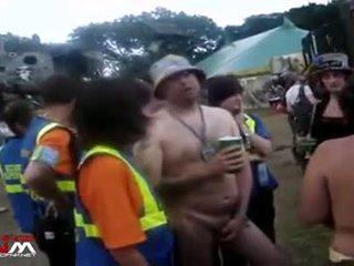 Female säkerhet guards med naken flickor & guys i