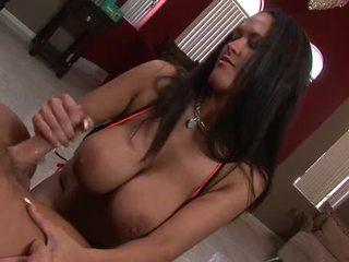 섹시한 브루 넷의 사람 와 거대한 가슴 gives 그녀의 사람 a steamy 주무르기