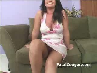 Duży cycki napalone kocica masturbates jako ona begs na a boner