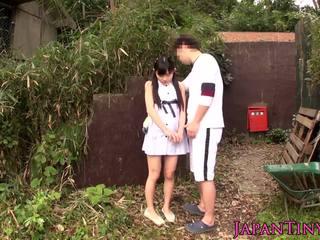 Малък японки мадама прецака между крака outdoors