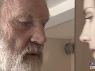 Teenie islak gömlek içinde çük fucks eski adam için baharatlı oblivion