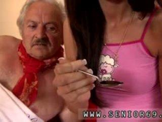 Mladý dívka a velmi starý člověk dívka male fortunately tam je a