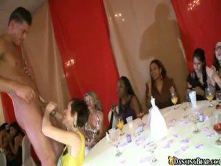 Yang pengantin perempuan touches pecker di beliau bachlorette majlis