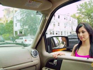 Mandy fills 그녀의 passenger 면 고양이