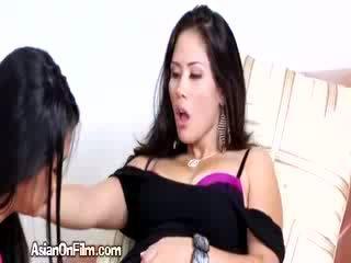 Rallig asiatisch lesbisch fingers sexy freundin im bikini tanga