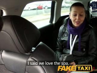 Faketaxi ब्लॅक haired बेब fucks the cab driver