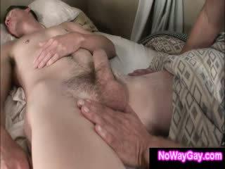 Gay roommate touches durmiendo heterosexual amigo