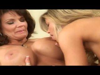 Two duke pirë duhan nxehtë moshë e pjekur lezbike babes së bashku në krevat