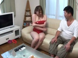 Japans rondborstig meisje boezem sucked