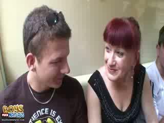 Warga rusia si rambut merah speaks badan bahasa