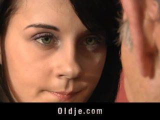 Leila практика сексуален exercises с стар мъж