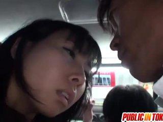 Japońskie cipka stimulated na the autobus