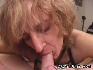 Amaterke mama gives fafanje s vrhunec v usta