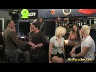 Blond vollbusig flittchen ist die haupt- attraction von die bar