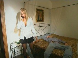 Ginintuan ang buhok step-mom sa medyas seducing son