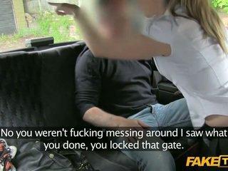 Off dolžnost policija ženska enters a fake taxi