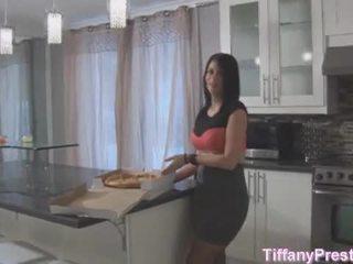 Піца хлопець brings піца і його пеніс для tiffany