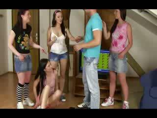 Ubrane kobiety i nadzy mężczyźni nastolatka grupa overpowering a guy