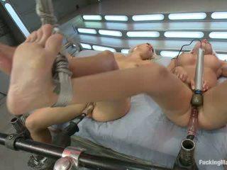 Blonds tvillingar i träldomen maskin körd med en guest fisting av prinsessan donna