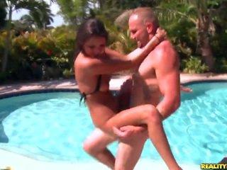 युवा erin पत्थर gets banged द्वारा the पूल
