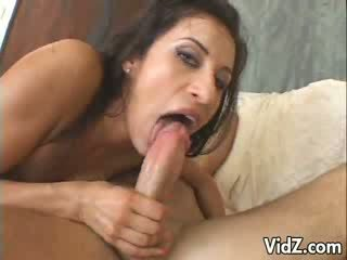 Krásne bruneta sucks a fucks 2 dicks