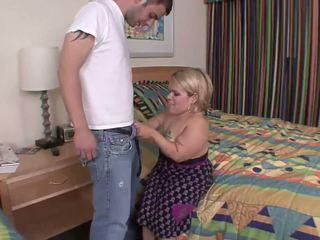 Menjijikan dwarf adalah turun di dia knees untuk seksi mengisap penis