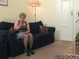 חרמן סבתא takes two cocks ב פעם אחת