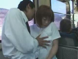 Rijpere japans rondborstig mam betast en geneukt in bus video-