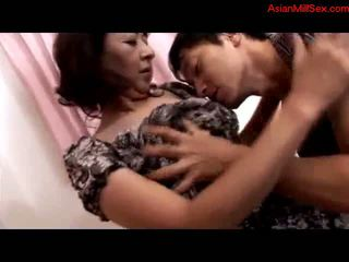 Matang wanita getting beliau putting sucked faraj rubbed fingered oleh muda guy pada yang katil