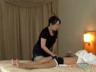 Moshë e pjekur grua massaging guy giving stimulim me dorë getting të saj cica rubbed në the krevat