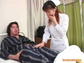 Oriental perawat playing off
