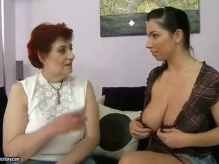 Gorda avó e mamalhuda jovem grávida appreciating lesbo porno