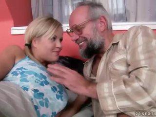 Nonno e giovanissima having divertimento e caldi sesso