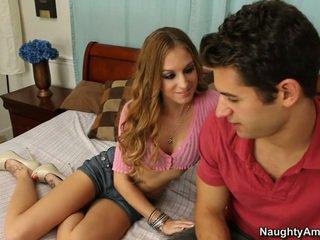 Cô gets nó khi nào anh ấy spreads cô ấy chân