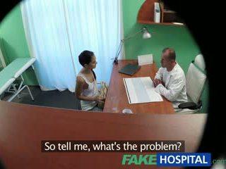 Fakehospital penis di belahan dada perempuan gives dokter sebuah seksual favour
