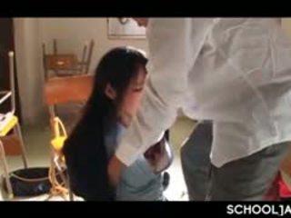 Azijietiškas professor puts jo sunkus varpa į mokykla mergaitė burna