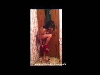 Getrouwd indisch nymph taking douche in voorzijde van haar hubby recorded