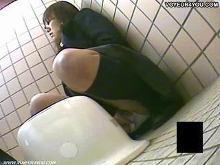 Тайна тоалетна camera воайор момичета masturbation