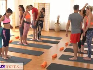 Fitnessrooms groups yoga session ends とともに a sweaty クリームパイ <span class=duration>- 18 min</span>