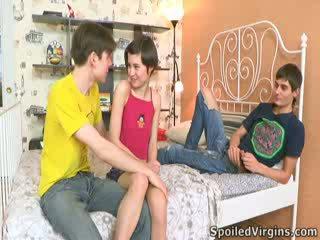 Martina isn't ทีเดียว แน่ใจ อย่างไร things are going ไปยัง ไป, แต่ เขา knows she's going ไปยัง สูญเสีย เธอ virginity