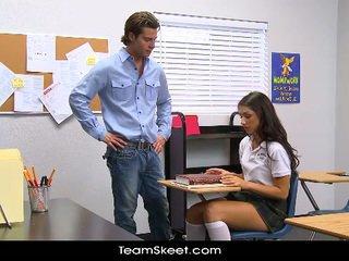 Innocenthigh tinggi pelajar putri teenager scarlet banks ruang kelas bumped
